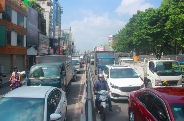 Cửa ngõ sân bay Tân Sân Nhất kẹt cứng, nhiều hành khách xuống xe đi bộ - Ảnh 2.