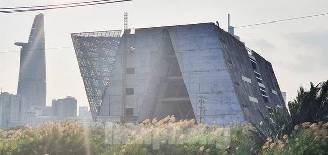 Cận cảnh tòa nhà triển lãm 800 tỷ xây dựng dang dở ở Thủ Thiêm - Ảnh 2.