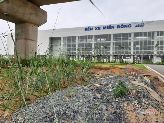 Cỏ dại um tùm bên trong bến xe hiện đại nhất Đông Nam Á của Sài Gòn - Ảnh 2.  Cỏ dại um tùm bên trong bến xe hiện đại nhất Đông Nam Á của Sài Gòn photo 1 1573721838844142844196