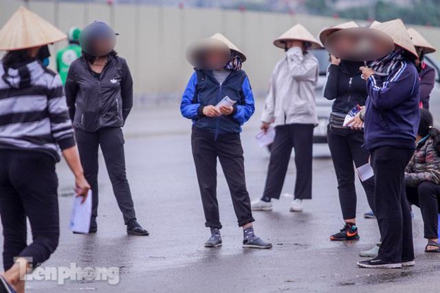 Mưa lạnh bất ngờ, phe vé trận Việt Nam - UAE lo sốt vó - Ảnh 2.