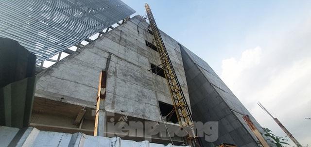 Cận cảnh tòa nhà triển lãm 800 tỷ xây dựng dang dở ở Thủ Thiêm - Ảnh 11.