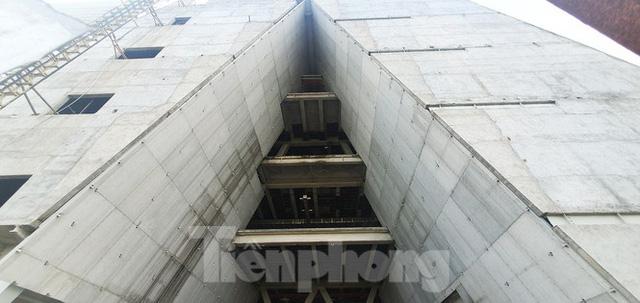 Cận cảnh tòa nhà triển lãm 800 tỷ xây dựng dang dở ở Thủ Thiêm - Ảnh 12.