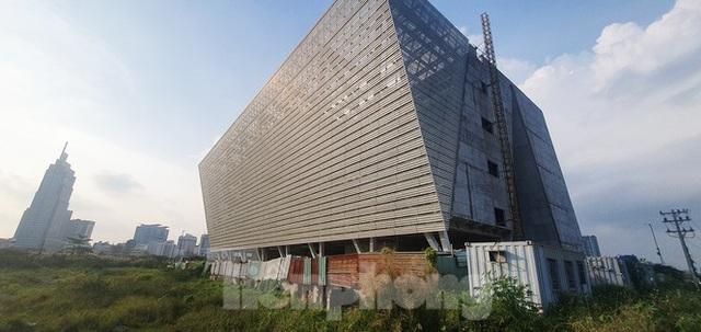 Cận cảnh tòa nhà triển lãm 800 tỷ xây dựng dang dở ở Thủ Thiêm - Ảnh 3.