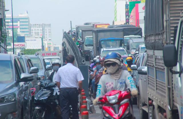 Cửa ngõ sân bay Tân Sân Nhất kẹt cứng, nhiều hành khách xuống xe đi bộ - Ảnh 4.