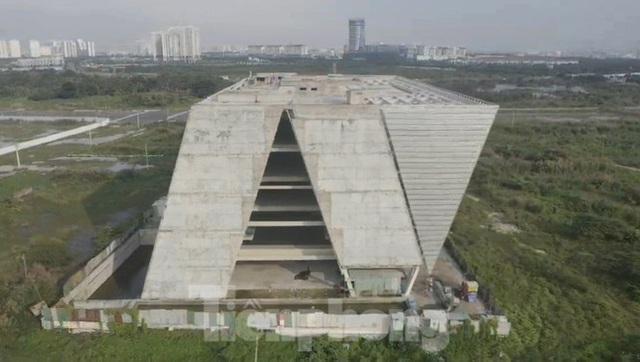 Cận cảnh tòa nhà triển lãm 800 tỷ xây dựng dang dở ở Thủ Thiêm - Ảnh 4.