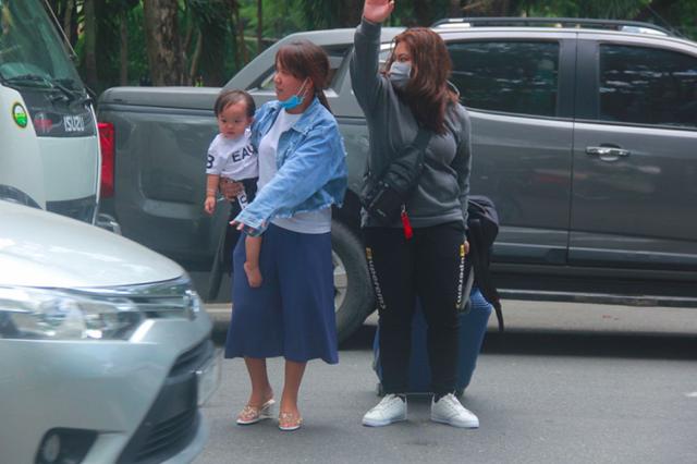 Cửa ngõ sân bay Tân Sân Nhất kẹt cứng, nhiều hành khách xuống xe đi bộ - Ảnh 5.