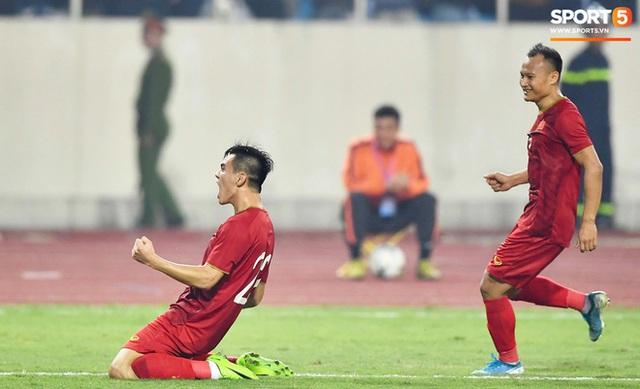 Chàng trai sáng nhất đêm nay của tuyển Việt Nam - Nguyễn Tiến Linh: Khiến đội bạn nhận thẻ đỏ, rồi ghi siêu phẩm đỉnh cao - Ảnh 9.