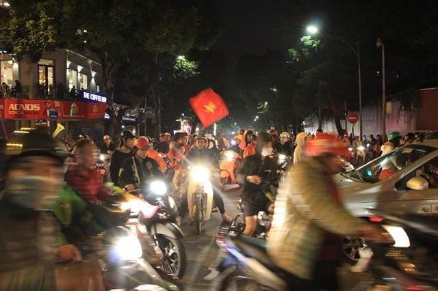 Ảnh: Vạn người đổ ra đường mừng chiến thắng của tuyển Việt Nam - Ảnh 1.