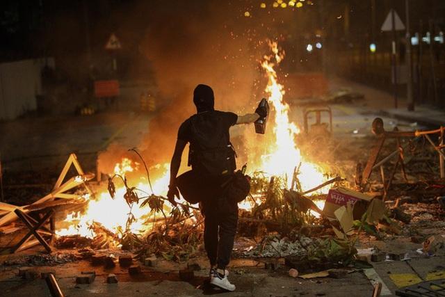 Hồng Kông hóa chiến địa: Người biểu tình cấm đường, phục kích, trường học thành trại tập huấn bắn cung, ném bom - Ảnh 1.