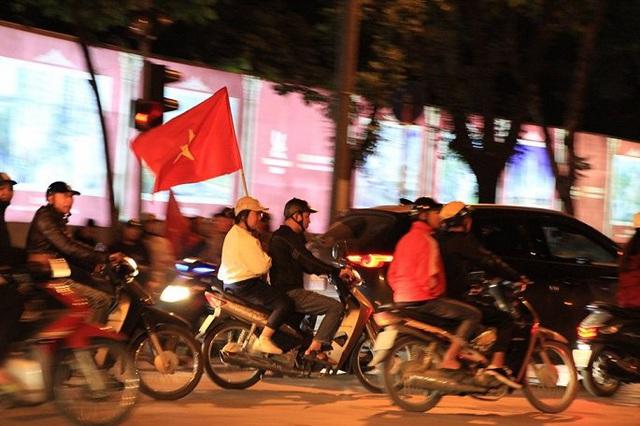 Ảnh: Vạn người đổ ra đường mừng chiến thắng của tuyển Việt Nam - Ảnh 4.