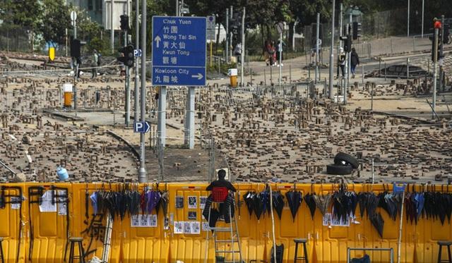Hồng Kông hóa chiến địa: Người biểu tình cấm đường, phục kích, trường học thành trại tập huấn bắn cung, ném bom - Ảnh 3.
