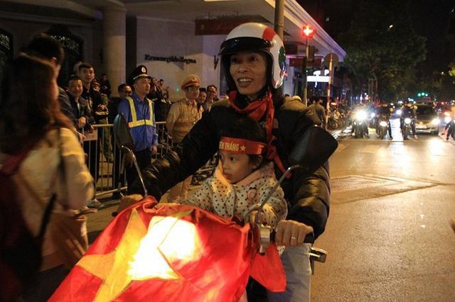 Ảnh: Vạn người đổ ra đường mừng chiến thắng của tuyển Việt Nam - Ảnh 7.