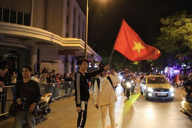 Ảnh: Vạn người đổ ra đường mừng chiến thắng của tuyển Việt Nam - Ảnh 8.