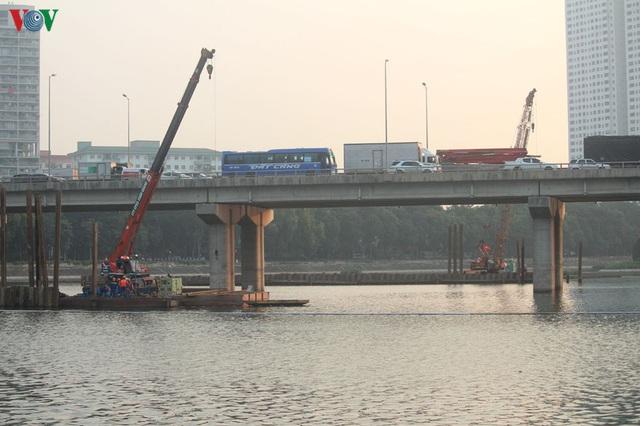 Cận cảnh xây hai cầu thấp qua hồ Linh Đàm giải toả ùn tắc cửa ngõ phía nam thành phố - Ảnh 1.