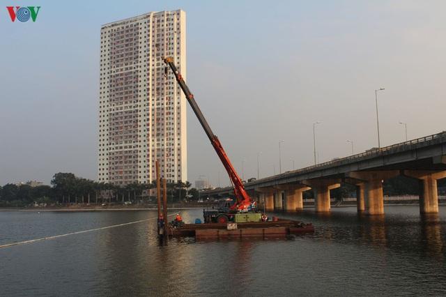 Cận cảnh xây hai cầu thấp qua hồ Linh Đàm giải toả ùn tắc cửa ngõ phía nam thành phố - Ảnh 2.