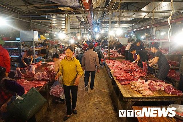 Giá thịt lợn tăng sốc, dân buôn kêu ế thảm - Ảnh 1.