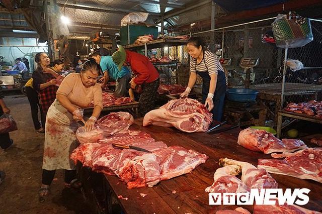 Giá thịt lợn tăng sốc, dân buôn kêu ế thảm - Ảnh 2.