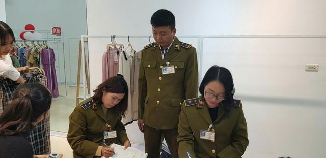 Tạm giữ hơn 400 quần áo gắn thương hiệu IFU bị nghi vi phạm về nhãn mác - Ảnh 1.