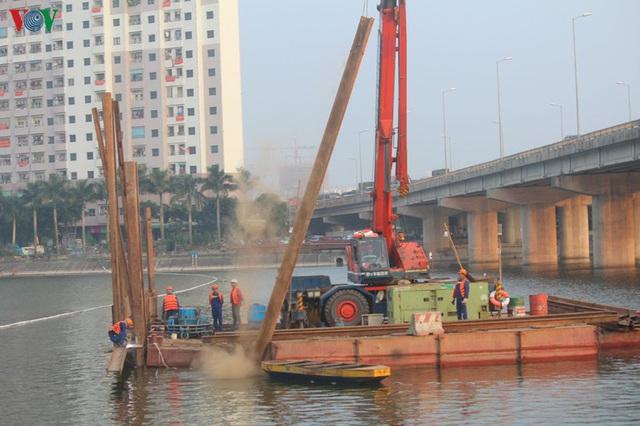 Cận cảnh xây hai cầu thấp qua hồ Linh Đàm giải toả ùn tắc cửa ngõ phía nam thành phố - Ảnh 3.