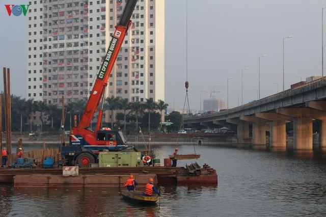 Cận cảnh xây hai cầu thấp qua hồ Linh Đàm giải toả ùn tắc cửa ngõ phía nam thành phố - Ảnh 4.