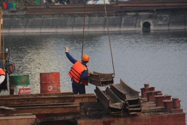 Cận cảnh xây hai cầu thấp qua hồ Linh Đàm giải toả ùn tắc cửa ngõ phía nam thành phố - Ảnh 5.