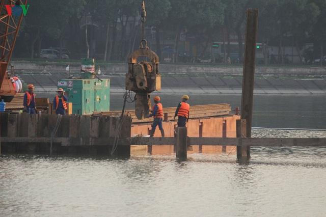 Cận cảnh xây hai cầu thấp qua hồ Linh Đàm giải toả ùn tắc cửa ngõ phía nam thành phố - Ảnh 10.