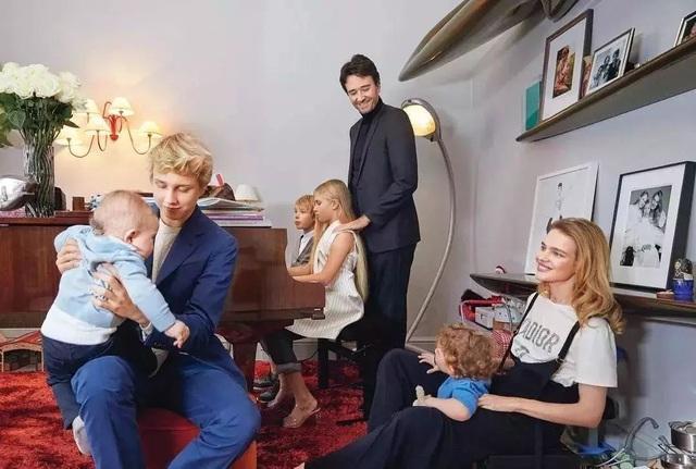 Chuyện cổ tích của cô gái bán hàng rong cưa đổ thái tử Louis Vuitton: Một tay nuôi mẹ và em gái khuyết tật, ly hôn xong lại hiên ngang làm dâu tỷ phú giàu nhất nước Pháp - Ảnh 6.