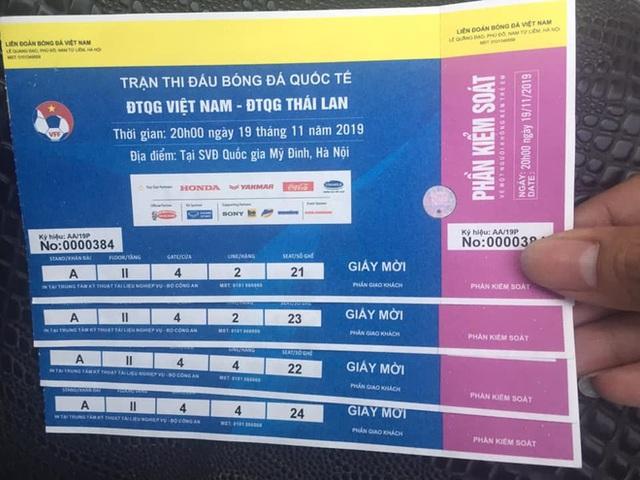 Sát giờ G, dân chợ đen thu mua vé trận Việt Nam và Thái Lan bất chấp giá - Ảnh 2.