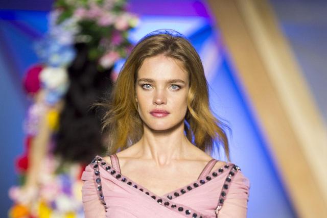Chuyện cổ tích của cô gái bán hàng rong cưa đổ thái tử Louis Vuitton: Một tay nuôi mẹ và em gái khuyết tật, ly hôn xong lại hiên ngang làm dâu tỷ phú giàu nhất nước Pháp - Ảnh 1.