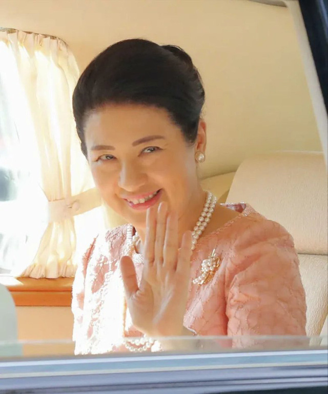 Hoàng hậu Masako tỏa sáng với phong cách khác lạ giữa tin vui hoàng gia Nhật có thêm một bé trai - Ảnh 1.