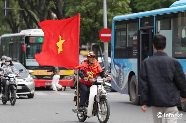 Cổ động viên Việt Nam nhuộm đỏ phố phường Thủ đô trước giờ bóng lăn - Ảnh 1.