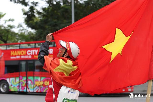 Cổ động viên Việt Nam nhuộm đỏ phố phường Thủ đô trước giờ bóng lăn - Ảnh 2.