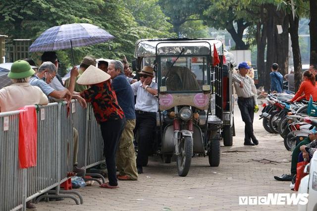 Ảnh: Thương binh leo rào, xô đẩy tranh vé trận Việt Nam - Thái Lan - Ảnh 11.