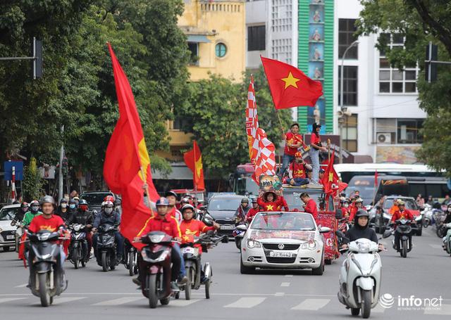 Cổ động viên Việt Nam nhuộm đỏ phố phường Thủ đô trước giờ bóng lăn - Ảnh 3.