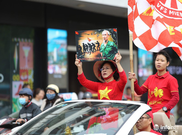 Cổ động viên Việt Nam nhuộm đỏ phố phường Thủ đô trước giờ bóng lăn - Ảnh 5.