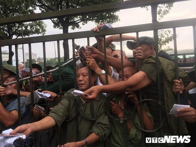 Ảnh: Thương binh leo rào, xô đẩy tranh vé trận Việt Nam - Thái Lan - Ảnh 6.