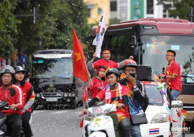 Cổ động viên Việt Nam nhuộm đỏ phố phường Thủ đô trước giờ bóng lăn - Ảnh 6.