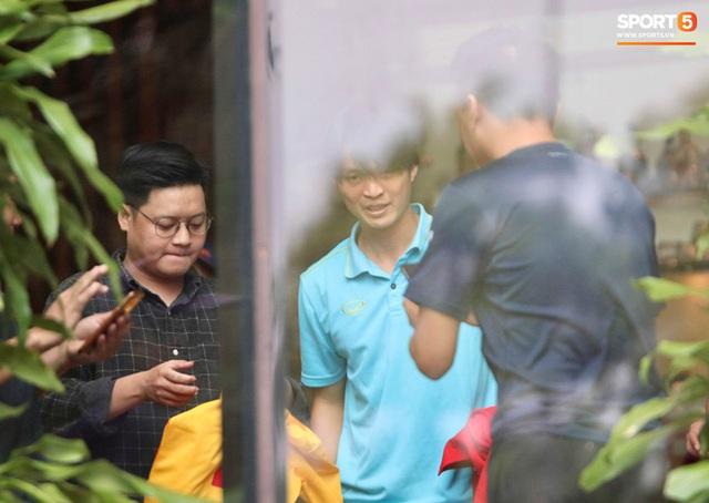 Tuyển thủ Việt Nam thảnh thơi trước trận đại chiến với Thái Lan: Người đi cafe thư giãn, người tranh thủ đi mua sắm  - Ảnh 8.