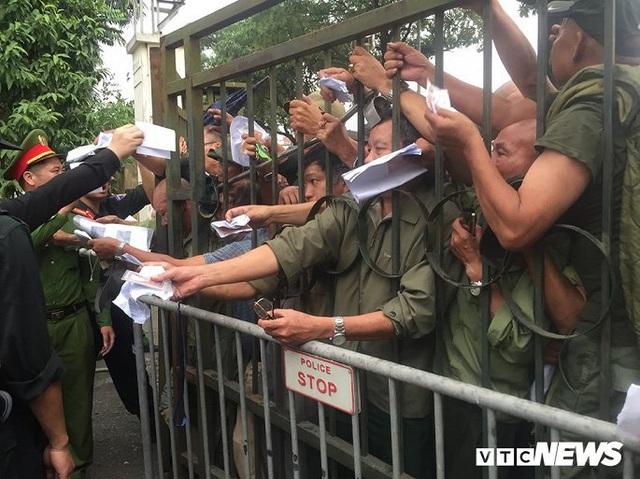 Ảnh: Thương binh leo rào, xô đẩy tranh vé trận Việt Nam - Thái Lan - Ảnh 9.