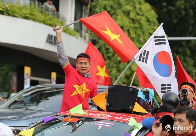 Cổ động viên Việt Nam nhuộm đỏ phố phường Thủ đô trước giờ bóng lăn - Ảnh 9.