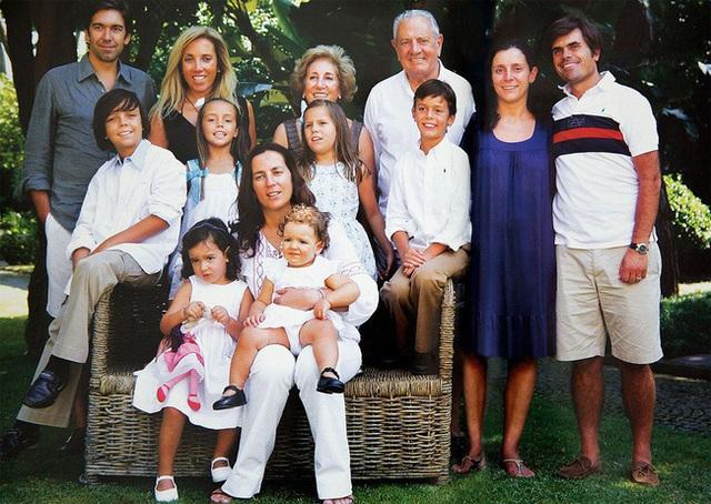Nữ tỷ phú duy nhất ở Bồ Đào Nha và cuộc hôn nhân đặc biệt: 34 tuổi mới lập gia đình, chồng giàu nhất nước nhưng về nhà lại sợ vợ một cách kì lạ - Ảnh 3.