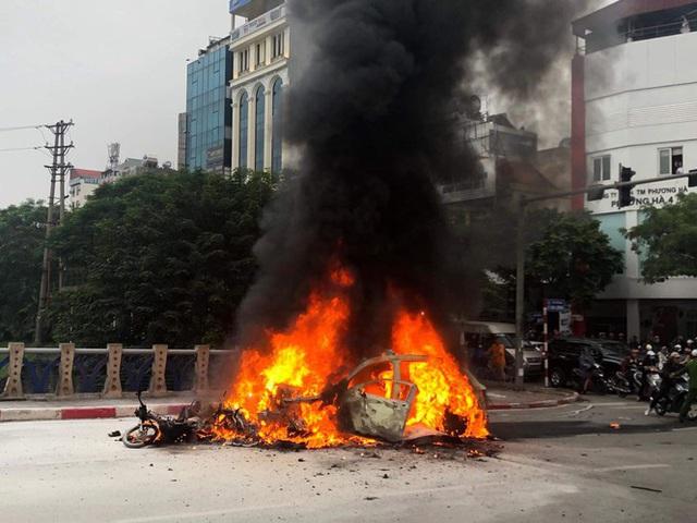 Xe sang Mercedes cháy rụi sau khi vượt đèn đỏ, một người chết - Ảnh 4.