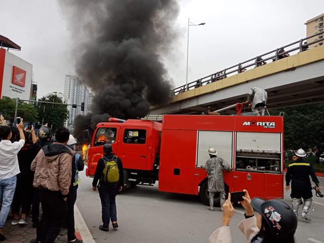 Xe sang Mercedes cháy rụi sau khi vượt đèn đỏ, một người chết - Ảnh 10.