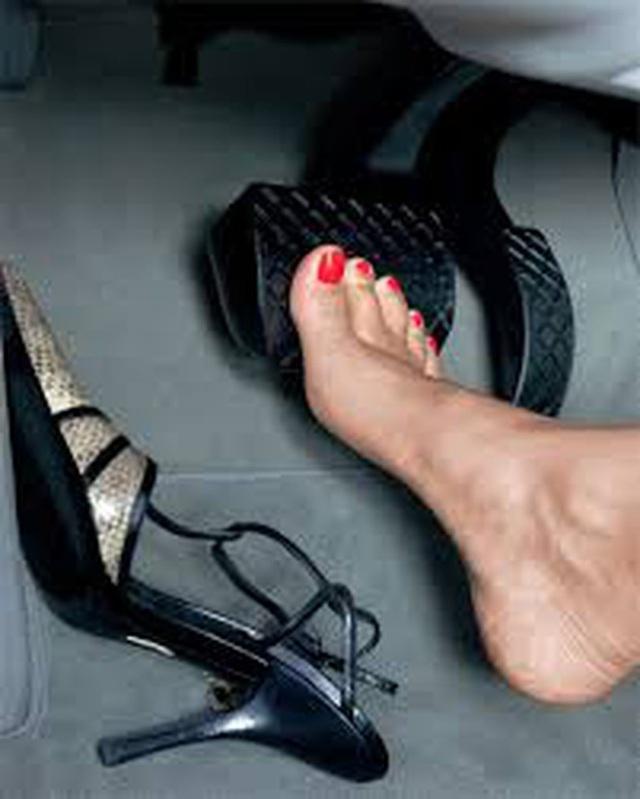 Từ vụ nữ tài xế Mercedes gây tai nạn kinh hoàng khiến 1 người chết: Chị em phụ nữ nói về gót giày tử thần khi lái xe - Ảnh 3.