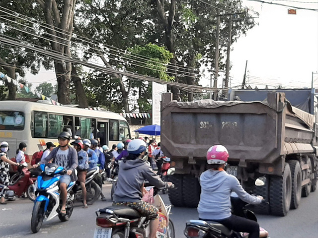 Cận cảnh hãi hùng xe ben đại náo một vùng rộng lớn ở Biên Hòa - Ảnh 4.