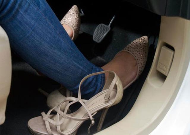 Từ vụ nữ tài xế Mercedes gây tai nạn kinh hoàng khiến 1 người chết: Chị em phụ nữ nói về gót giày tử thần khi lái xe - Ảnh 4.