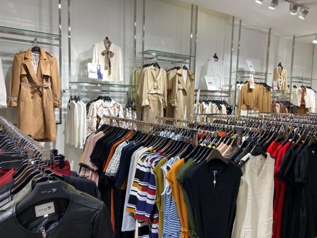 Giảm đến 50%, giá bán quần, áo thương hiệu Việt đắt hơn các thương hiệu bình dân quốc tế Zara, H&M - Ảnh 1.