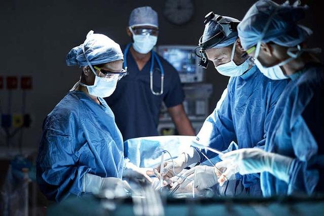 Lần đầu tiên trong lịch sử y khoa: Bác sĩ để bệnh nhân trong trạng thái giả chết để cứu sống họ sau khi gặp vết thương chí mạng - Ảnh 1.