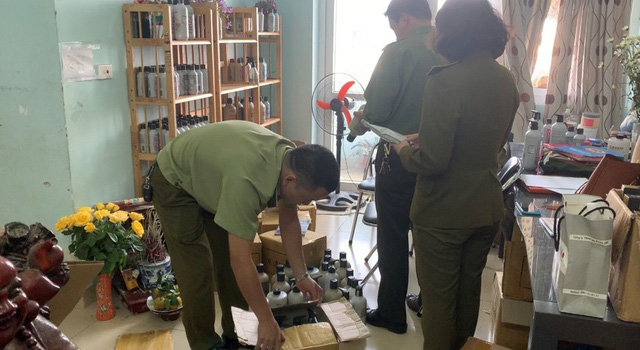 Thu giữ hàng trăm sản phẩm mỹ phẩm nhập lậu tại Hà Nội  - Ảnh 1.