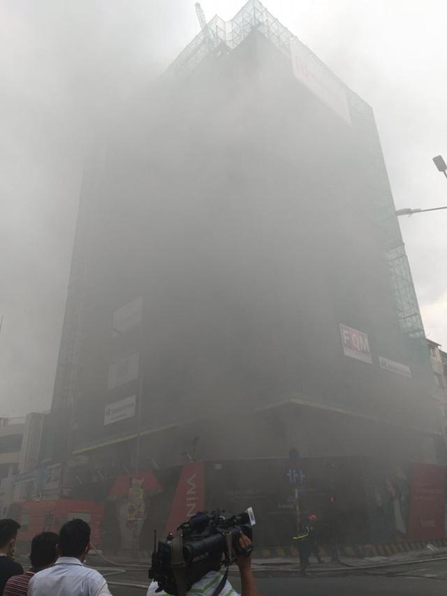 Cháy ở công trình cao ốc khách sạn giữa trung tâm Sài Gòn, nhiều người náo loạn - Ảnh 1.